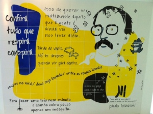 Mural dedicado ao poeta, no quinto andar no Shopping Estação, onde funciona a Estação Business School